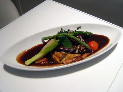 「牛ほほ肉の赤ワイン煮込み」(2400円) メインディッシュにふさわしいやわらかいお肉