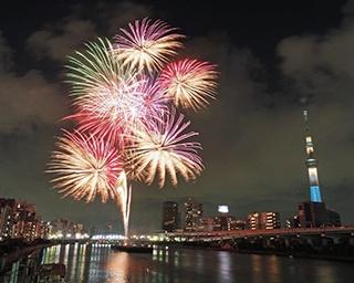 花火で日本の人々に笑顔を。160以上の花火業者が全国で花火を一斉打ち上げ