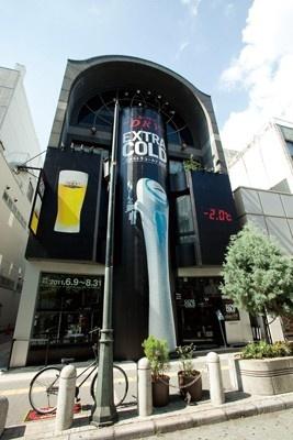 【写真】エクストラコールドBAR心斎橋店。大きな専用サーバーが描かれた、真っ黒な外観が格好良い!