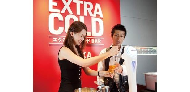エクストラコールドBARでは専用サーバーから自分でビールを注ぐこともできる