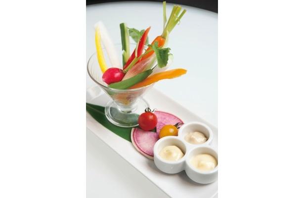 夏野菜の冷製バーニャカウダ(450円)はアンチョビ、ゆず胡椒、ガーリックの3つの味が楽しめる