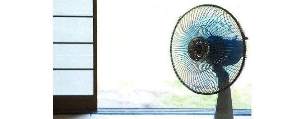 窓の外に向けて室内の暑い空気を逃がす、壁に向けて対流で部屋全体に風を回らせる、など扇風機は賢く使えば強力な武器に!