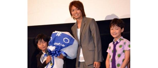 安藤選手から花束を渡される加藤。大きすぎたのか、ちょっとよろけ気味