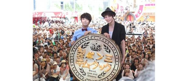 「製パン王 キム・タック」のスペシャルイベントに登場したユン・シユン(写真左)とチュウォン(写真右)
