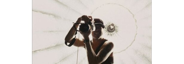 人気女優のミラ・ジョヴォヴィッチを、妊婦モデルとして撮影するフィン