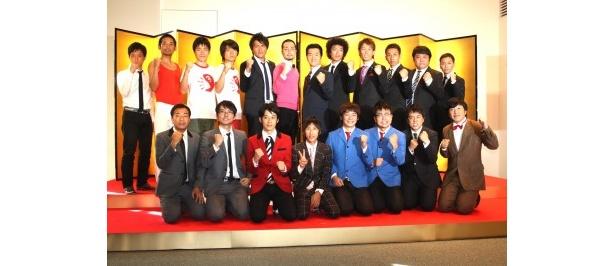 「THE MANZAI 2011」の記者会見に登場した島田紳助と「THE MANZAI 2011」認定漫才師ら