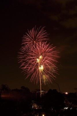 色とりどりの打ち上げ花火が夏の夜空を彩る。趣向をこらした仕掛け花火や、天神祭でしか見られないオリジナル花火も。