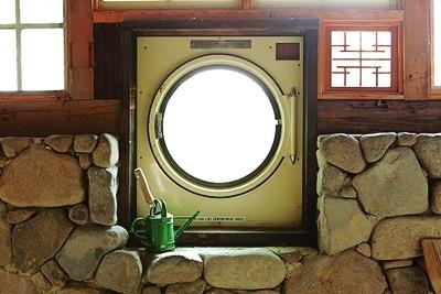 窓に埋め込んだ乾燥機の扉がユニークだ