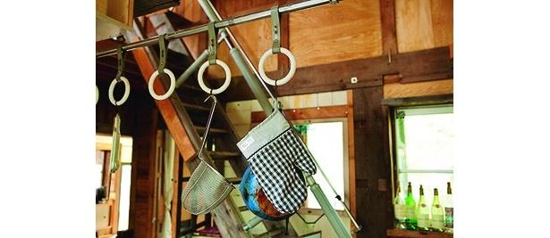 台所の小物置き場には吊り輪が