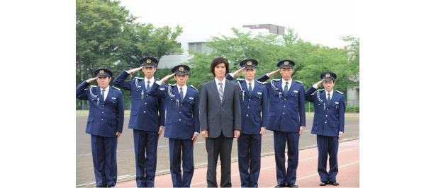 【写真】ビシッと敬礼を決める遠野(佐藤浩市)と訓練生たち