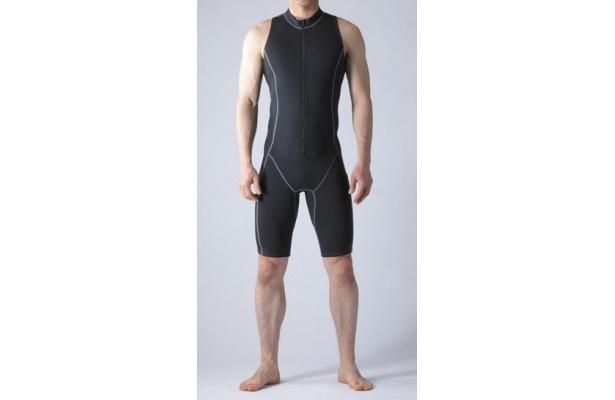フットマークから発売中の「楽に泳げる水着」(女性用1万5750円・男性用1万6800円)