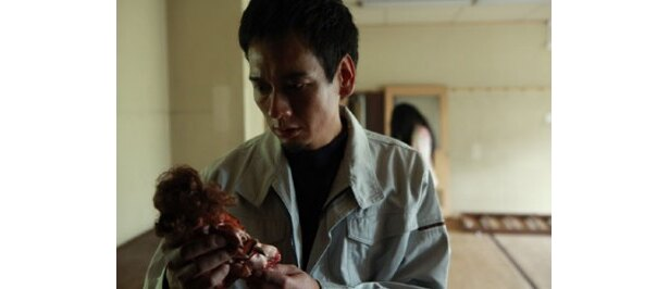 特殊清掃員で楓の上司・金本。鮫島事件の呪いに巻き込まれる