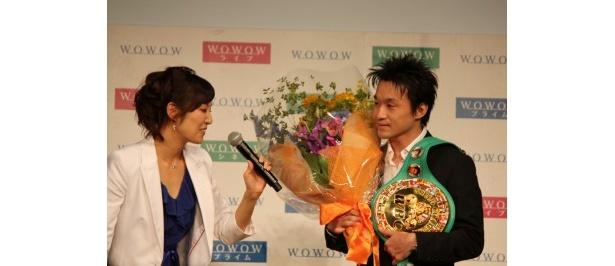 7月25日に35歳の誕生日を迎えた西岡選手にサプライズで花束をプレゼント