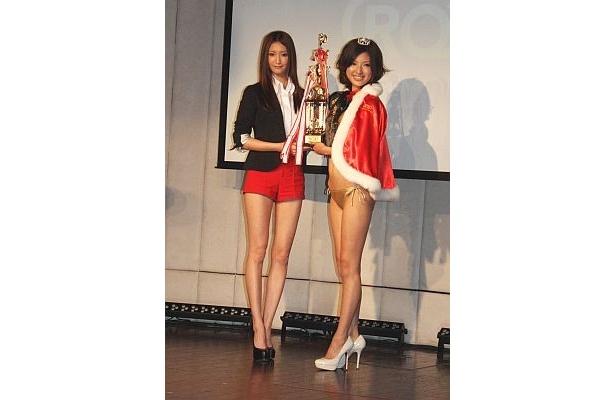 歌手の西川貴教さんと熱愛が報じられているモデルの菜々緒さん(左)がプレゼンターで登場