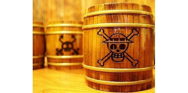 麦わらの一味の海賊旗も! 「BAR-URAKITA」の「ONE PIECE 木樽ジョッキ」(各4500円/58種類)
