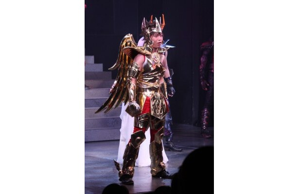 全身ゴールドの聖衣(クロス)につつまれた星矢。舞台衣装にも注目