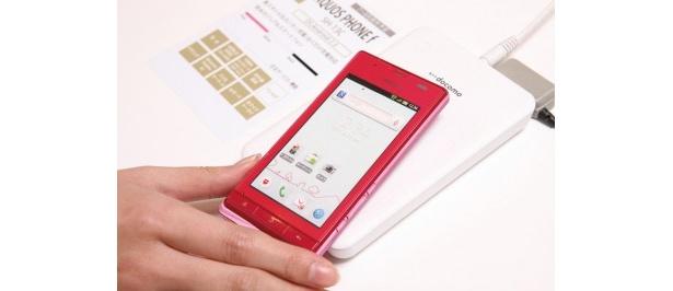 AQUOS PHONE fのワイヤレスチャージャーはシンプルなデザインなのも◎コネクタの抜き差しが不要でとっても便利