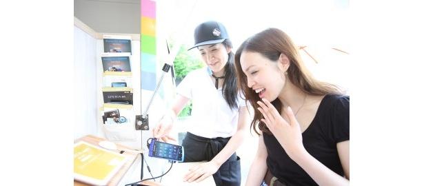 手軽に遊べるおもしろ系のアプリが豊富。 ドコモスマホカフェ号にはスタッフが常駐し、使い方などを教えてくれる