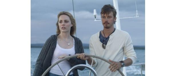 シングルマザーのジェス(写真左)は気分転換に友人のヨットに乗り込む