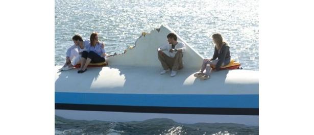 嵐に襲われ彼らの乗ったヨットは転覆してしまう