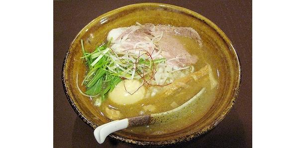 「智勇らーめん」(700円)とトッピングの半熟煮玉子(100円)