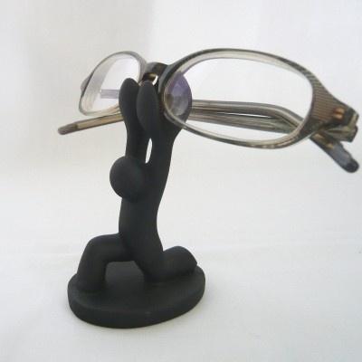 フィッシングキャットから発売中の「humania」シリーズ。写真は「重量あげメガネホルダー」(714円)