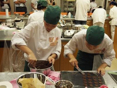 チョコが固まらないうちに手早くプレートにチョコを伸ばしていく作業はチームワークばっちり!