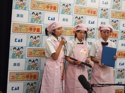 マイクを持つ西尾さんは本大会2度目の出場!「経験を活かして、決勝大会ではメンバーに気が配りたい」と意気込みを語ってくれたぞ。