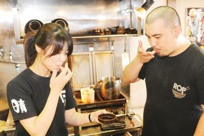 ●初動調査(味見) ー味醤青年部から持ち込まれた溜をテイスティングし、味の分析。晴レル屋の客が求める味に仕立てていくか頭を悩ませる。