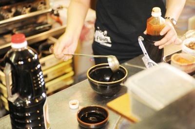 ●聞き込み(試作) ー提供された8種類の溜をブレンドし、さらに味噌と甘酢を加えてタネを調える。これをトンコツスープに加え、バランスを見て魚介は控えめにした。