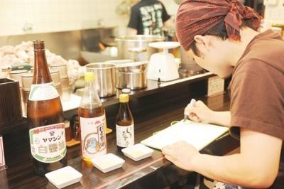 ●初動調査(味見) ー味醤青年部から提供された3種類の白しょうゆをテイスティング。銘柄により異なる特徴を感覚的に書き出し、ベストなブレンドをイメージする。