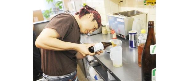 ●聞き込み(試作)ー 何度も試し、理想的なブレンド比率を発見。これに和ダシを足し、ベトナムの塩「カンホアの塩」で味を調える。ほかの調味料は一切加えていない。