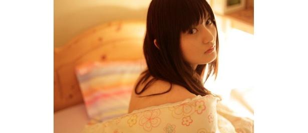 ベッドの上でこちらに振り向く彼女。これはどんなシチュエーション?