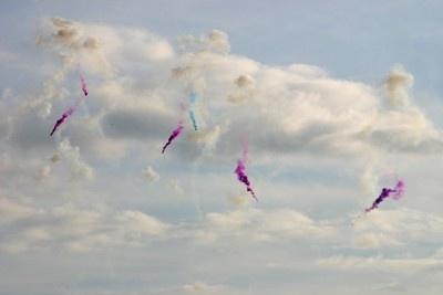 昼花火はカラフルな色つきスモークを出すものが多い