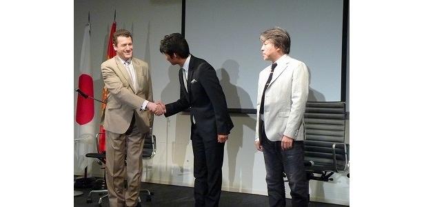 スペイン大使と織田が握手