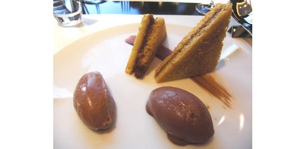 アイスとムースが絶品!「サクサクのブリオッシュ、ヘーゼルナッツの香ばしいムースとチョコレートアイスクリーム」(1260円)