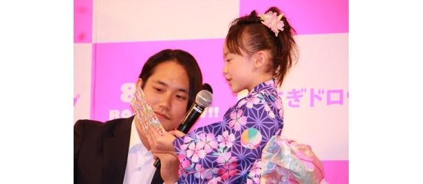 芦田愛菜が、松山ケンイチとSABU監督に手紙をサプライズプレゼント