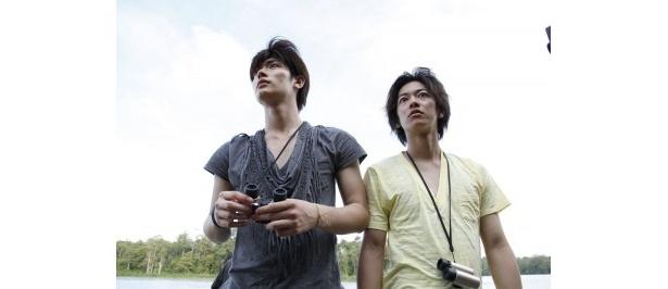 現地の自然美に圧倒される三浦春馬と佐藤健
