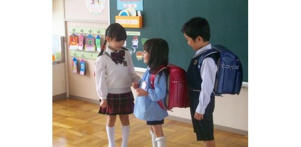 【写真】園児に優しく接するお姉さんな愛菜ちゃん