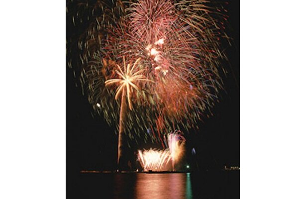 【写真】夜空だけでなく湖面にも花火が写し出され、何ともいえない幻想的な雰囲気に