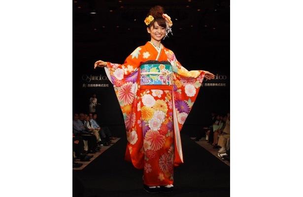 伝統柄の桜を今風にアレンジし、和を意識した振袖「万寿菊」。