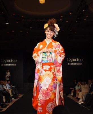「古典柄が好き。オレンジ色の発色がいい」とコメントする大島優子