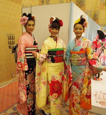 大島優子プロデュースの振袖。左から「花くす玉」「牡丹蝶」「牡丹に乱菊」