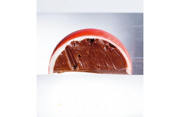 ドーム・アート(赤)/赤色のドームの中に塩キャラメルのガナッシュが!