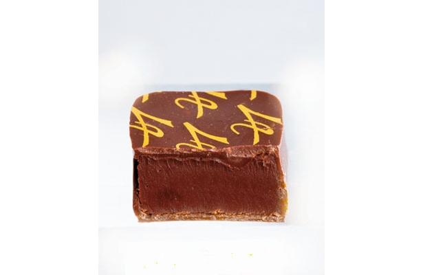 金のパレ/アルノー・ラエールのロゴをプリントしたプレーンガナッシュ