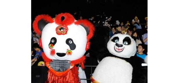この日のために作られたオリジナルのパンダ獅子舞(左)