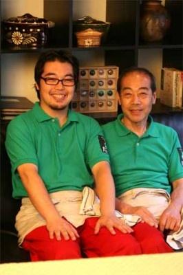 肥田順氏(右)と順昭氏(左)。料理は5700円のコースのみ