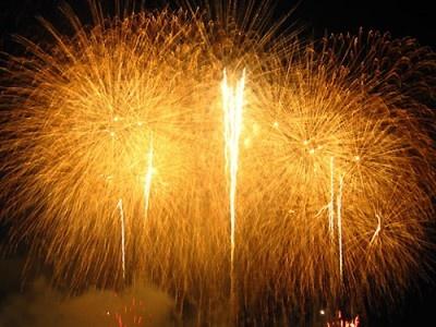 【写真を見る】経済活性化にも結びつく、画期的な花火大会をお見逃しなく!