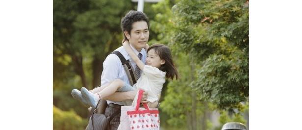 【写真】松山ケンイチがイクメンを演じる『うさぎドロップ』