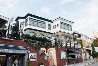 白い壁が青空に映える「神戸トリックアート・不思議な領事館」
